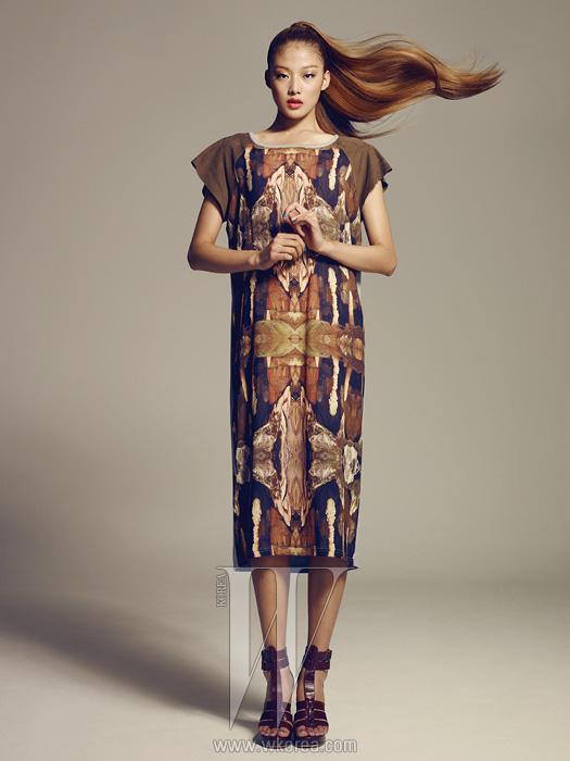 동굴에서 영감을 받은 미네랄 결정체프린트가 특징인 미디 길이 티셔츠 드레스,진한 갈색의 스트래피 슈즈는모두 S=YZ 제품.