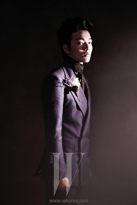 라펠이 넓은 파란색 수트와도트 패턴의 스카프는 Kimseoryong Homme 제품.