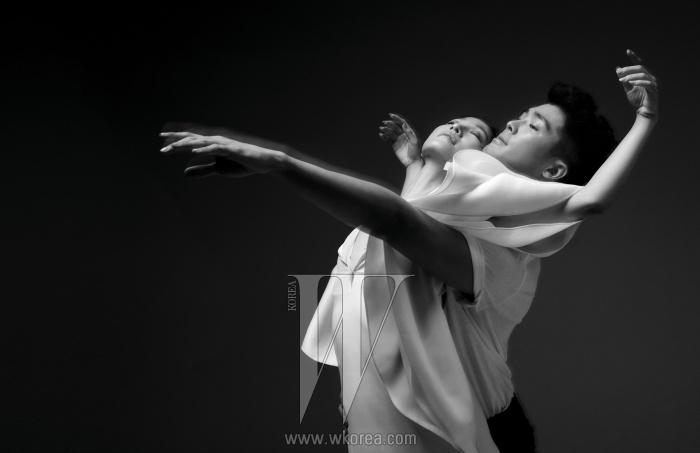 김주원이 입은 꽃잎 모양의 소매가 달린 흰색의 브이넥 드레스는 Gucci 제품,김현웅이 입은 흰색 티셔츠는 Alexander Wang, 검정 팬츠는 Kwonohsoo Classic 제품.