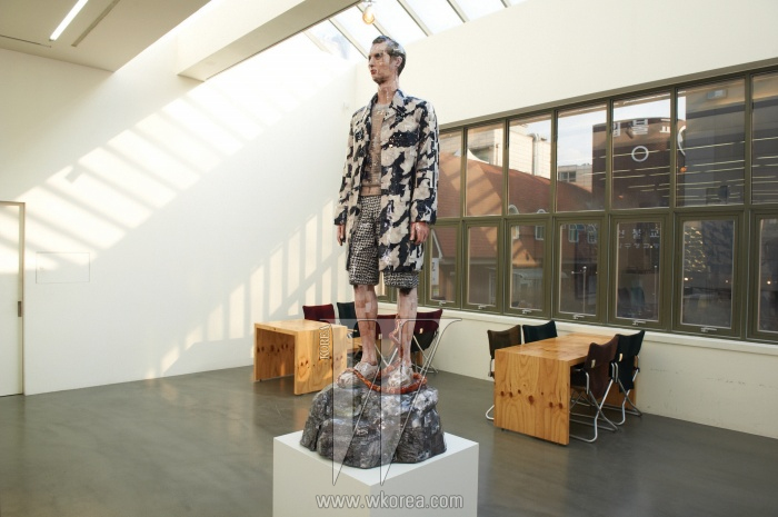 2013 S/S 우영미 의상을입은 모델을 미술가권오상이 사진 조각으로만들었다. 어깨에 얹은표범, 다리를 감은 뱀같은 동물의 요소를조각에 더한 것은 우영미의상의 패턴에서 얻은아이디어다.