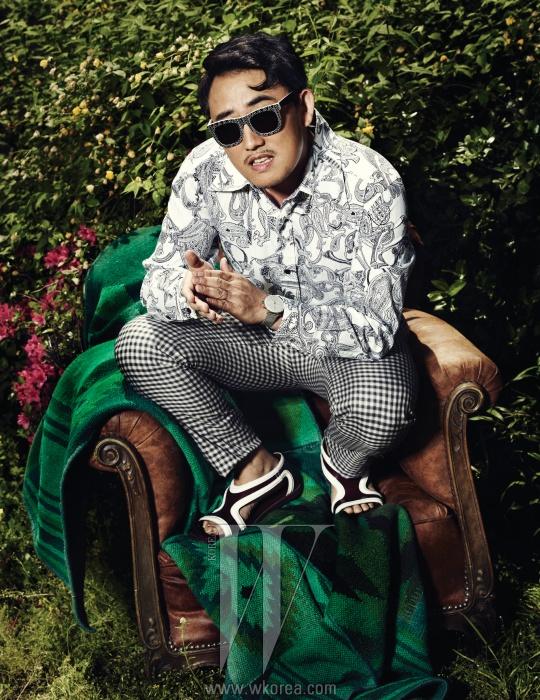 페이즐리 무늬의 셔츠는 Roen By Je Ne Sais Quoi,깅엄 체크 바지는 Wooyoungmi,흰 줄이 들어간 샌들은 Prada,시계는 Junghans By Gallery O'Clock,선글라스는 Retro Super Future By Modpop 제품.