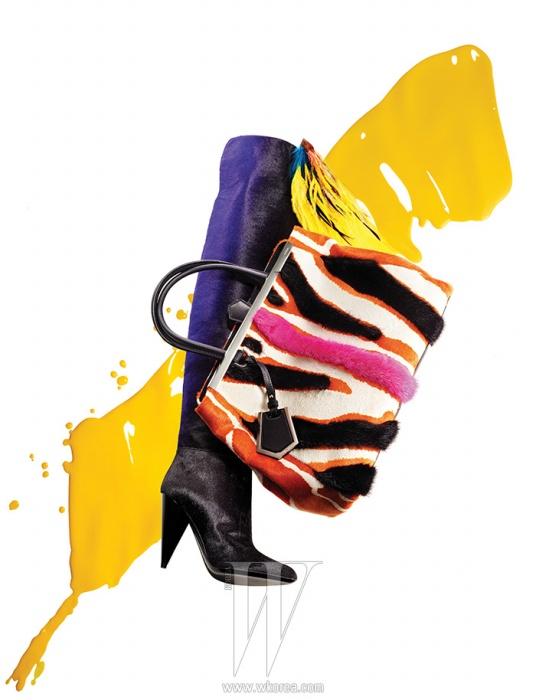 깊고 그윽한 보랏빛으로 그러데이션된 송치 소재의 사이하이 부츠는 Tom Ford, 송치와 밍크 퍼 소재가 어우러진 그래픽적인 지브라 패턴의 투 주르 백은 Fendi,화사한 색감의 깃털 장식 브로치는 Dries van Noten 제품.