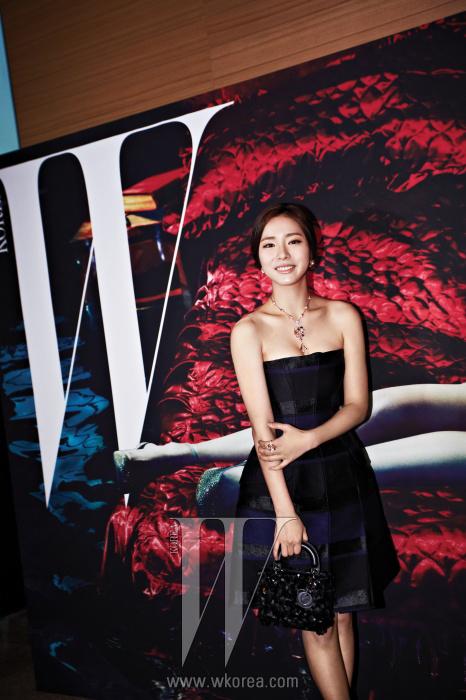흠잡을 데 없이 완벽한 레드 카펫 룩을 연출한 배우 신세경의 햇살 같은 미소. 모래시계 실루엣을 연출하는 스트랩리스 미니 드레스, 스팽글 장식의 미니 레이디디올 백은 Dior 제품.