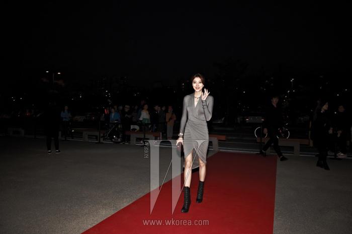 드라마 에서 열연 중인 배우 오윤아의 글래머러스한 레드 카펫 룩. 아름다운 몸매를 강조하는 저지 소재의 랩 드레스는 Donna Karan 제품.
