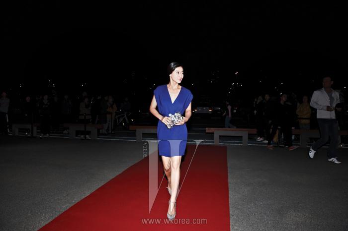 탄탄한 몸매가 돋보이는 미니 드레스 차림으로 레드 카펫에 등장한 배우 예지원의 우아한 자태. 깊게 파인 네크라인의 짙은 푸른 색상 미니 드레스는 Escada Sports 제품.