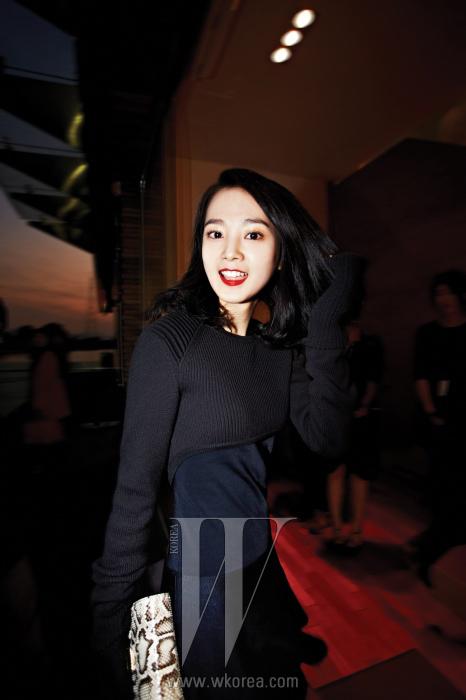 붉은 립으로 포인트를 준 배우 윤승아의 싱그러운 모습. 크롭트 니트와 면 티셔츠, 발랄한플레어 스커트는 모두 Isabel Marant, 파이톤 소재 미니 클러치는 Rosa. K 제품.