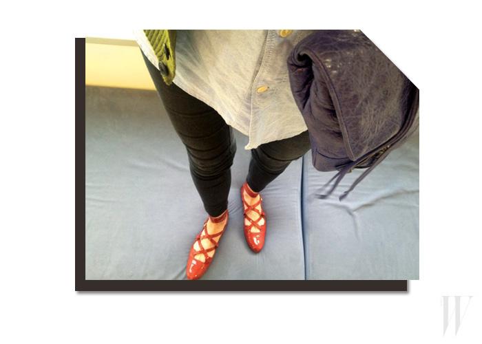 테라코타 색상이 돋보이는 페이턴트 소재의 플랫 슈즈는 토즈 제품.