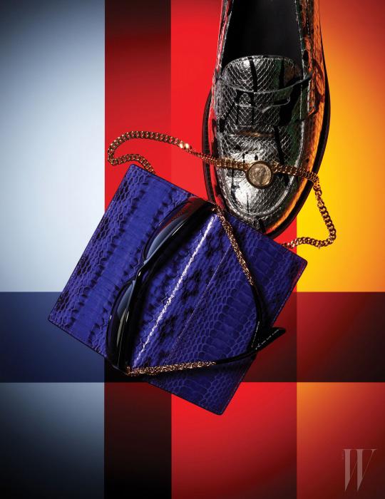 화려한 색감의 도마뱀 소재 여권 케이스는 Rosa. K, 황금빛의 브리지 장식이 돋보이는 선글라스는 Dolce & Gabbana by Luxottica Korea, 앤티크 코인을 현대적으로 재해석한 모네떼 컬렉션(Monete Collection)의 체인 목걸이는 Bulgari, 아티스틱한 페인팅 프린트를 더한 메탈릭한 파이톤 소재 로퍼는 Tod's 제품.