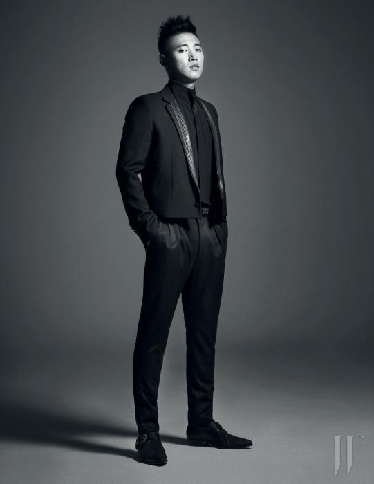 검은 셔츠와 재킷, 팬츠는 모두 Saint Laurent Paris 컬렉션.