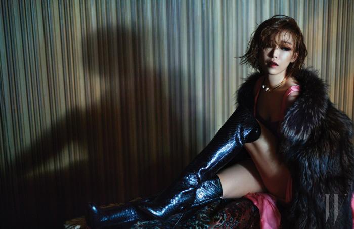 색감이 돋보이는 핑크 드레스와 안에 입은 톱은 모두 Dior, 질감이 살아 있는 실버 폭스 코트는 Kati Stern Venexiana by Nafa, 간결한 메탈 목걸이는 Vintage Hollywood, 생생한 파이톤 질감이 돋보이는 롱부츠는 Gucci 제품.