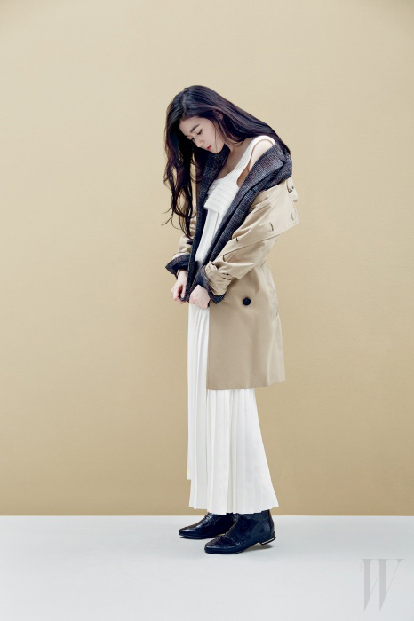 헤링본 체크 재킷은 골든구스 디럭스 브랜드 by 에크루 제품. 1백58만원. 화이트 플리츠 드레스는 쟈뎅드슈에뜨 제품. 2백38만원. 클래식 무드의 트렌치코트는 버버리 런던. 2백만원대. 악어가죽의 질감을 표현한 검정 첼시 부츠는 H&M 2014 스프링 컬렉션 제품. 15만9천원.