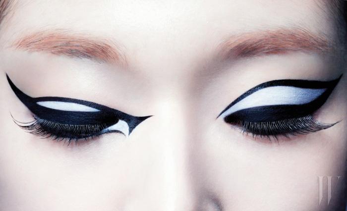 눈가를 가로지는 유려하면서 날렵한 곡선의 아이라인은 LANCOME 아트라이너(블랙 다이아몬드)로 연출한 것.