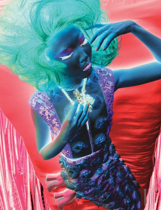 스팽글이 어우러진 꽃 오브제가 장식된 크롭트 톱과 미디스커트는 Sujinlee By Seoul Fashion Creation Studio, 고무와 크리스털이 어우러진 코스튬 네크리스는 Ek Thongprasert by bbanZZac, 메리제인 펌프스는 MiuMiu 제품.