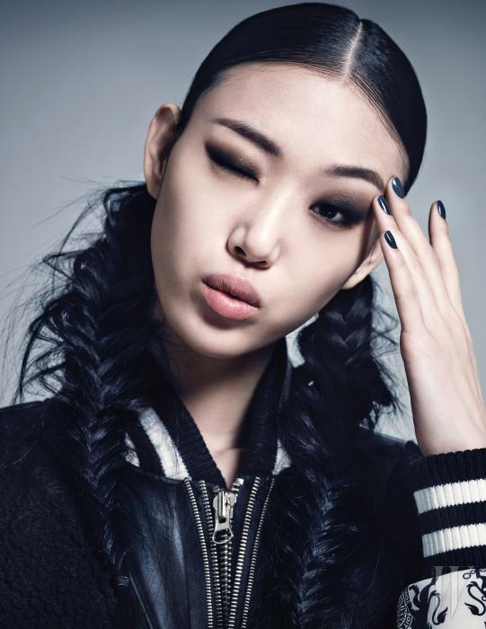 양털과 가죽, 그리고 네오프렌 소재를 믹스 매치한 보머 재킷은 Kwak Hyun Joo Collection 제품.