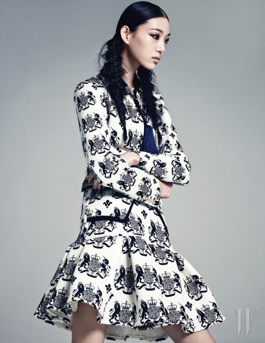네오프렌 소재의 테일러드 재킷과 플레어 미니스커트는 모두 Kwak Hyun Joo Collection 제품.