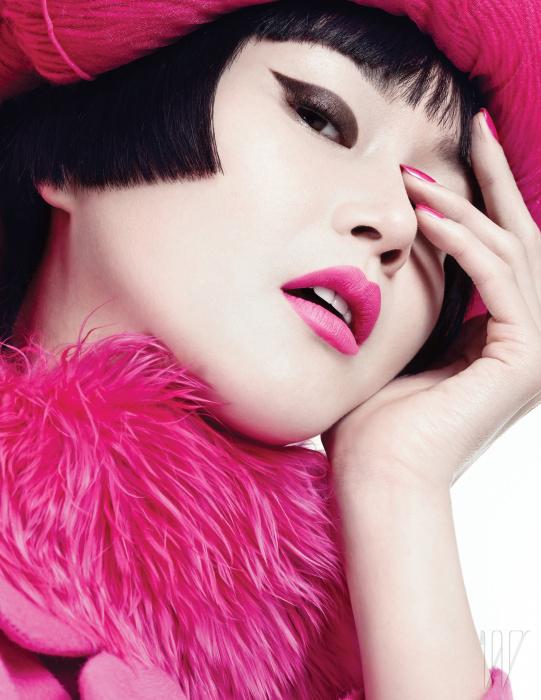 핫 핑크 컬러의 코트와 퍼 장식은 Miss Gee Collection 제품.