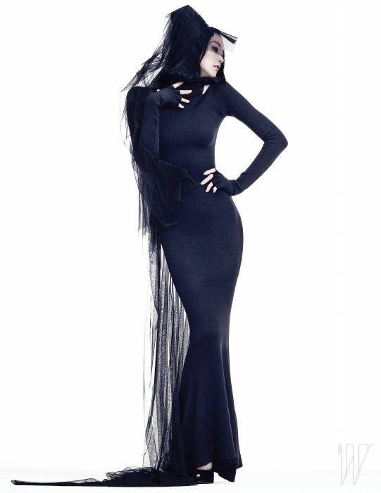 보디컨셔스 라인의 검정 니트 드레스와 벨벳 슈즈는 Miss Gee Collection 제품.