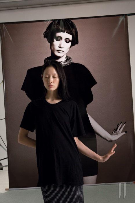 배경 사진의 검정 미니 드레스와 초커형 목걸이는 Saint Laurent 제품.