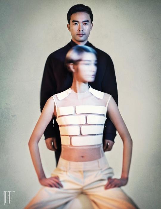 시폰과 가죽이 조화를 이룬 민소매 톱과 가죽 소재 와이드 팬츠는 2014 F/W 라이 컬렉션.