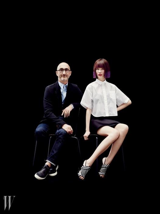 흑백의 대비가 강렬한 웨지힐 슈즈는 피에르 아르디 2014 S/S 제품. 셔츠는 Sacai by BoontheShop, 네오프렌 소재의 스커트는 Undercover by BoontheShop 제품.
