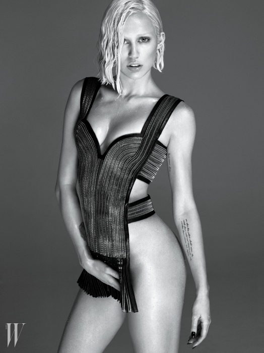 톱은 Alexander McQueen 제품, 귀고리는 마일리 사이러스 본인 소장품.beauty note: Fresh의 라이프 보디 오일을 넉넉히 바르면 섹시한 몸을 연출할 수 있다.