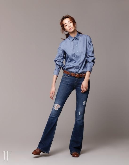 레오퍼드 프린트가 잔잔하게 프린트된 하늘색 셔츠는 구찌 제품. 30만원대. 부츠컷 데님 팬츠는 씨위 제품. 43만원. 홀스빗 장식 부츠는 구찌 제품. 1백20만5천원. 갈색 꼬임 벨트는 갭 제품. 7만9천원