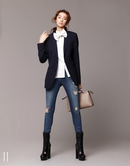 턱시도 리본이 달린 화이트 셔츠는 부르넬로 쿠치넬리 제품. 1백만원대. 매끈하게 재단된 울 소재 재킷은 보기 밀라노 제품. 1백만원대. 스키니 데님 팬츠는 제임스 진 제품. 36만8천원. 아찔한 높이의 검은색 플랫폼 앵클부츠는 구찌 제품. 1백20만원대. 도시적인 느낌의 회색 바이더웨이 백은 펜디 제품. 1백69만원.