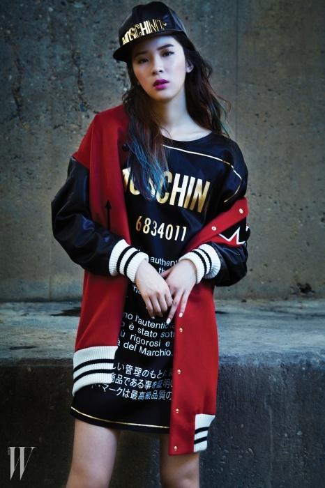 모스키노의 M자를 새긴 캐주얼한 보머 재킷, 큼직한 로고 그래픽 티셔츠, 로고 메탈 장식의 가죽 소재 스냅백은 모두 모스키노 제품.