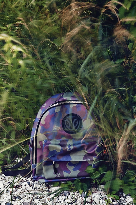 로고와 지퍼 장식이 돋보이는 카무플라주 백팩은 럭키슈에뜨 제품. 29만8천원.