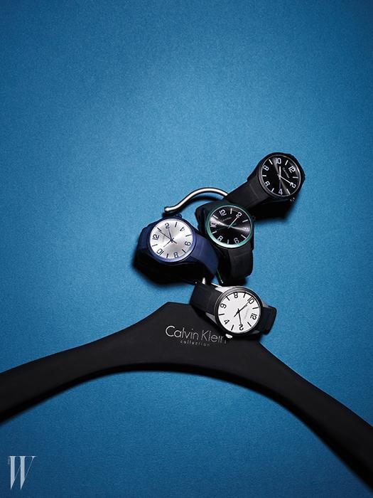 케이스와 버클에 알루미늄 포인트를 가미한 미니멀한 디자인의 실리콘 스트랩 시계는 모두 23만원. 캘빈 클라인 워치&주얼리 제품.