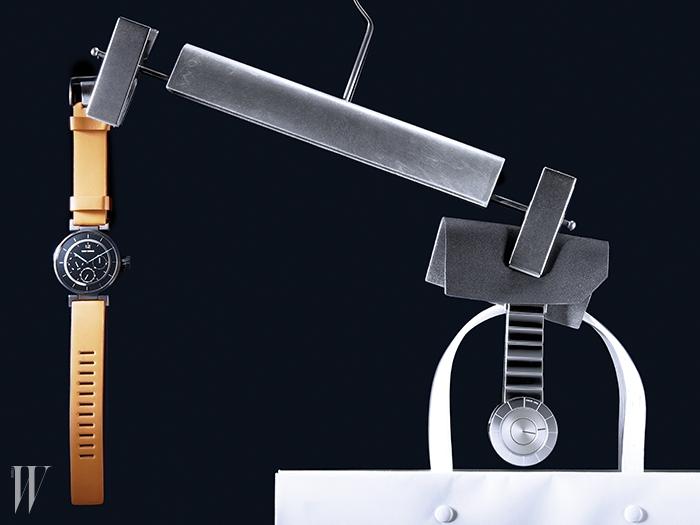 자동차 계기반을 연상시키는 다이얼과 오렌지색 소가죽 스트랩이 아름다운 시계는 57만원, 시침과 분침이 생략된 스테인리스 스틸 소재의 미래적인 시계는 67만원. 이세이 미야케 제품.