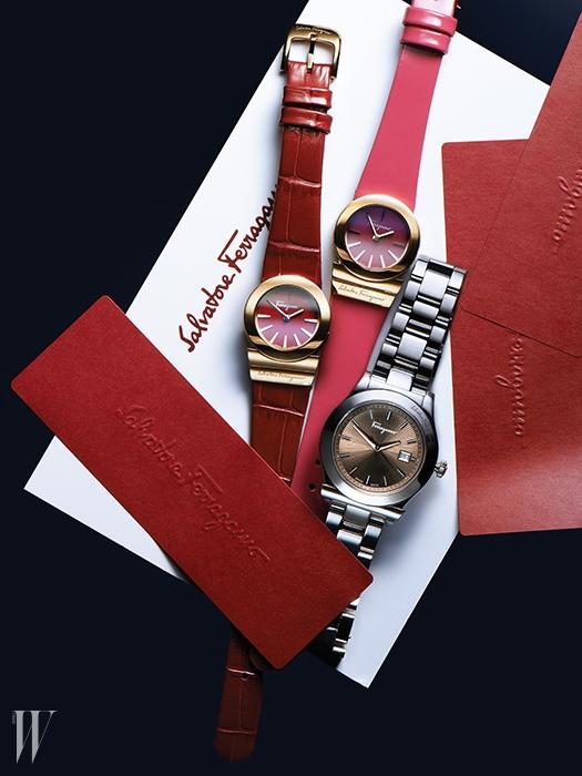 왼쪽부터|빨간색 송아지 가죽 스트랩과 앙증맞은 크기의 골드 다이얼이 인상적인 시계는 1백32만원, 핫 핑크색 스트랩과 골드 다이얼이 조화된 페이턴트 가죽 시계는 1백39만원. 남성적인 디자인의 큼직한 스테인리스 스틸 소재 시계는 1백19만원. 살바토레 페레가모 by 갤러리어클락 제품.