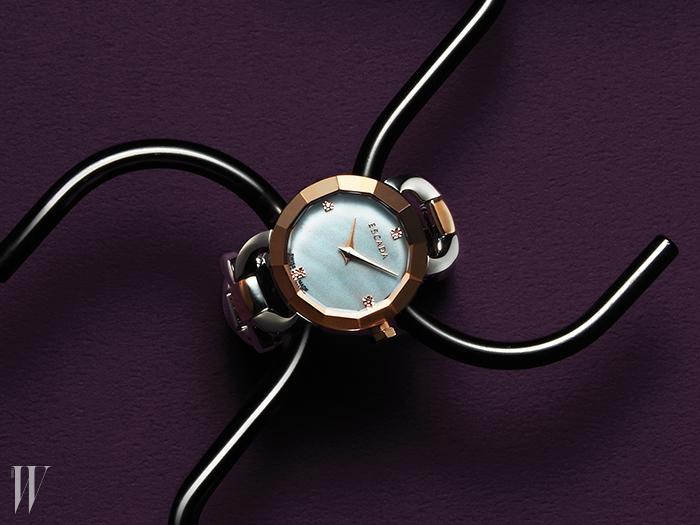 케이스를 보석처럼 정교하게 깎아 화려함을 극대화한 골드&실버 체인 시계는 가격 미정. 에스카다 by 갤러리어클락 제품.