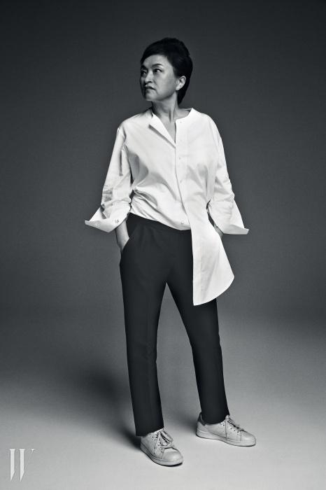 정경화가 입은 큼직한 셔츠는 김서룡 옴므. 테일러드 팬츠는 퍼블리카, 스니커즈는 아디다스 오리지널스 제품.