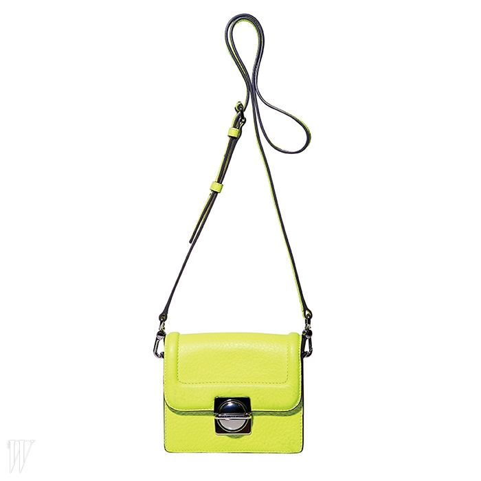 형광 노란색의 크로스백은 마크 by 마크 제이콥스. 가격 미정.
