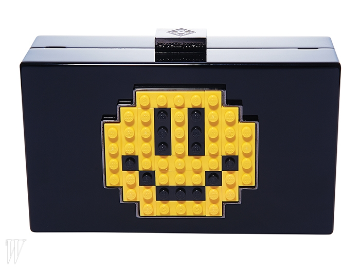 스마일 이모티콘이 담긴 클러치는 레프티주외르 by 탐그레이하운드 제품. 86만원.