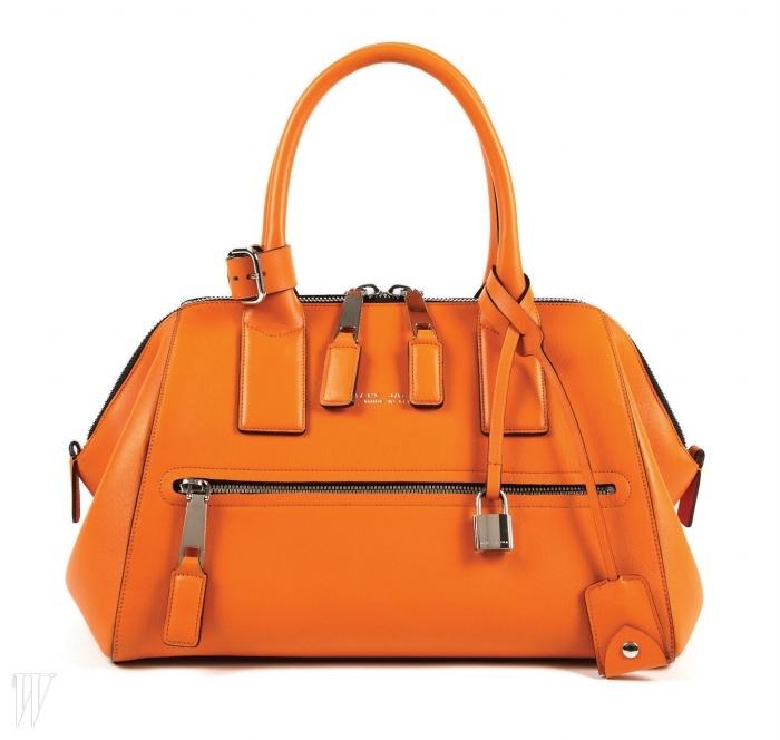 경쾌한 오렌지 색감이 매력적인 닥터백은 마크 제이콥스 제품. 가격 미정.