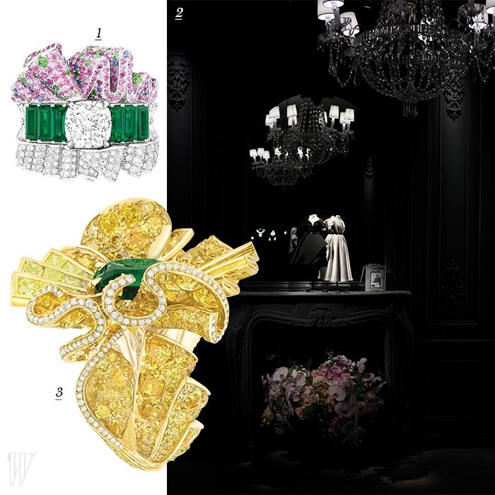 1. 디올의 바 수트에 경의를 표하는 반지. 2. 디올의 아카이브 속 드레스의 함께 전시된 하이 주얼리. 3. 예술적인 드레이핑을 표현한 창조적인 형태의 앵볼 반지.