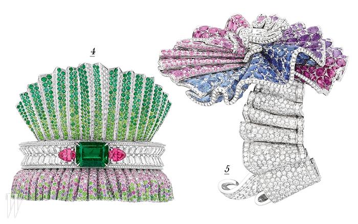 4. 아름다운 빛깔의 에메랄드와 다이아몬드가 세팅된 주름 모티프의 팔찌. 5. 멀티 컬러의 스톤들이 소용돌이 치며 허리 주위를 따라 움직이는 드레스의 섬세한 주름을 연상시키는 에일리 팔찌.