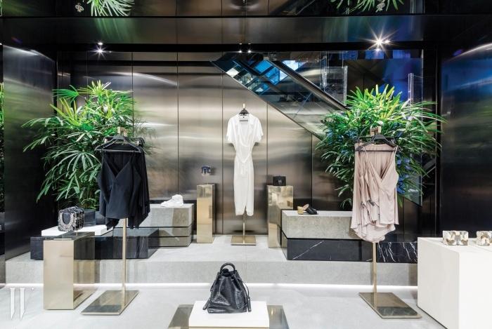 층마다 마련된 디스플레이 공간. 홍콩에서 흔히 볼 수 있는 열대 식물이 장식되어 있다.