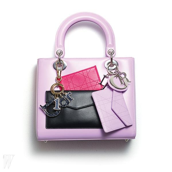 지갑 장식의 앙증맞은 핑크색 미스 디올 백은 디올 제품. 5백80만원. 레오퍼드 패턴의 로고 참 장식은 디올 제품. 40만원대.