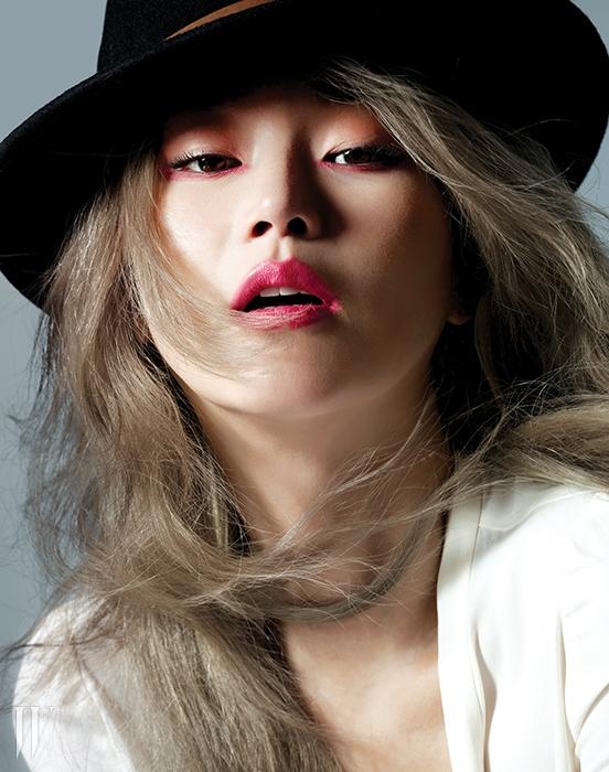 흰색 블라우스는 Zara,모자는 스타일리스트 소장품.