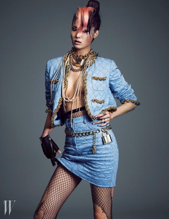 데님 소재의 체인 장식 스커트 수트는 Moschino Collection, 진주 네크리스와 체인 네크리스, 장갑, 체인 벨트는 모두 Chanel, 왼손에 착용한 반지는 모두 Numbering 제품.