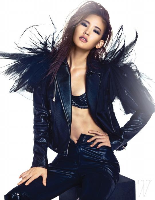 프린지 장식의 검은색 가죽 재킷과 팬츠는 How and What,스터드 장식의 브라톱은 Agent Provocateur, 드라마틱한 튤 볼레로는 Kwak Hyun Joo Collection 제품.