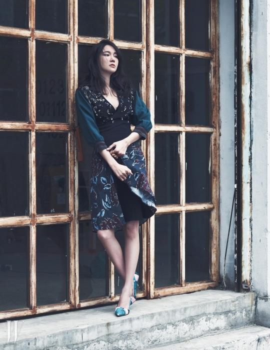 이국적인 꽃 프린팅과 비즈 장식의 원피스는 Prada, 검정 레이스 아플리케 브라는 La Perla, 크리스털 장식 드롭 이어링은 Prada, 앤티크한 디자인의 더블링은 Mawi by Bbanzzac, 색감 있는 로즈 패턴의 스틸레토 힐은 Dior 제품.