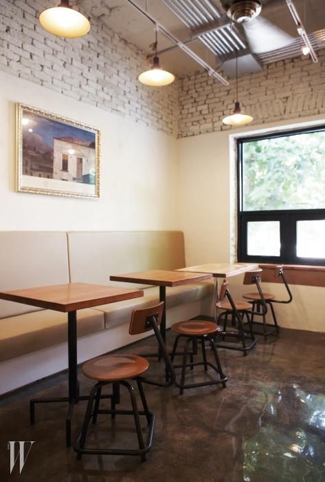 2개의 방과 테라스까지 좌석이 넓어 머무를 수 있는 베이커리 카페인 브레드랩의 공간.