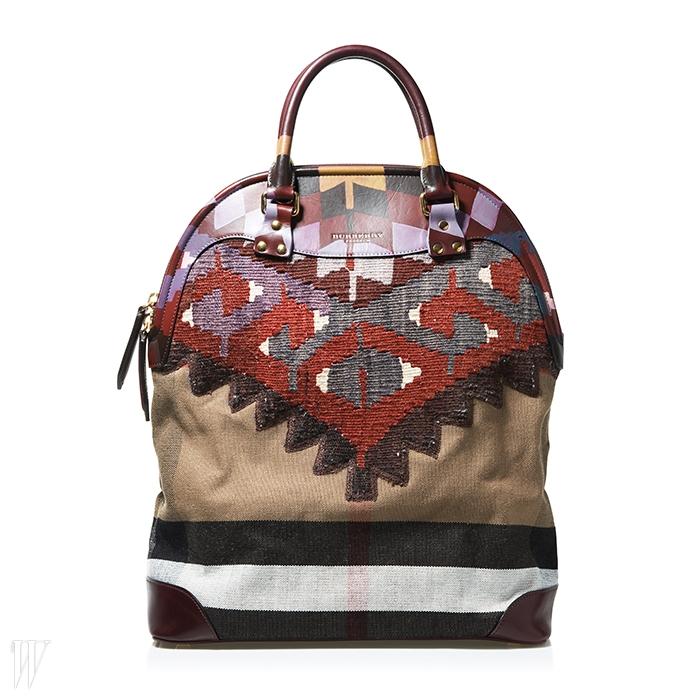 아티스틱한 무늬의 조합으로 이루어진 버버리의 큼직한 가방.