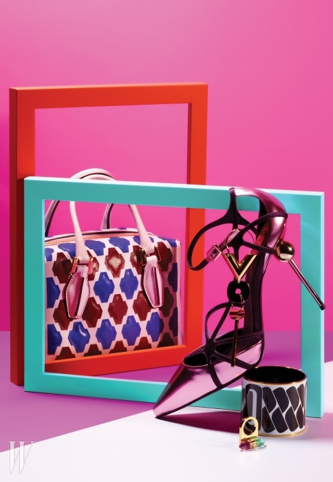 기하학적인 가죽 패턴의 디큐브 백은 Tod's,조형미가 강조된 아찔한 스틸레토 스피어슈즈는 Roger Vivier, 추상적인 검은색 패턴이모던한 뱅글은 Hermes, 아카이브에서 영감을 받은드롭형 귀고리와 아름다운 빛깔의 수정을 장식한조형적인 반지는 Louis Vuitton 제품.
