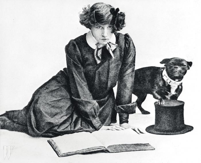 샤넬의 친구였던 작가 콜레트와그녀의 개 토비(1905)© ALBERT HARLINGUE/PHOTO ROGER-VIOLLET