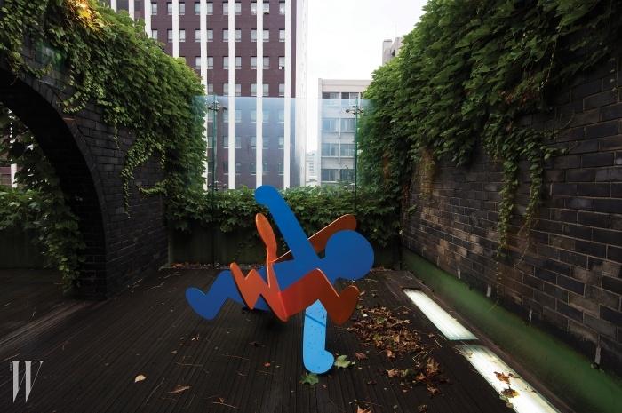 아라리오 뮤지엄 인 스페이스는 문화재로 지정된(구) 공간사옥의 내부를 변형 없이 보존하면서 전시공간으로 탈바꿈시켰다. 키스 해링의'Untitled(Breakers).'